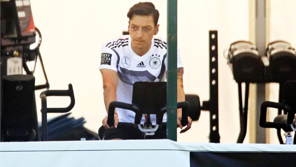مسعود أوزيل مهدد بالغياب عن ألمانيا في كأس العالم بسبب الإصابة