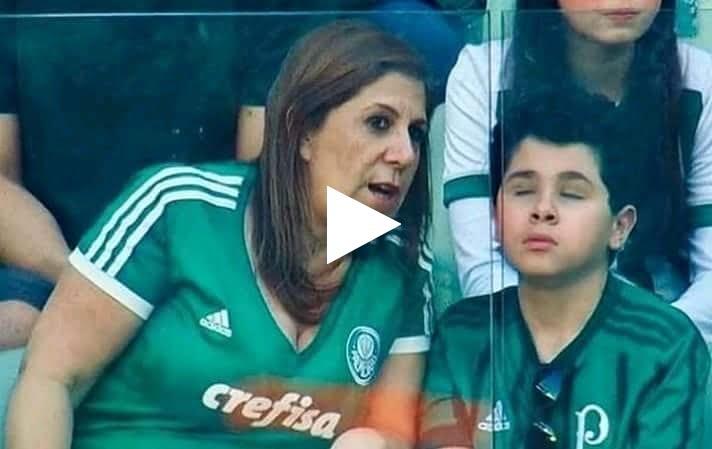 شاهد .. أجمل لقطة في عالم كرة القدم .. أم تقوم بنقل جميع أحداث مباريات بالميراس لإبنها فاقد لبصره