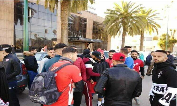 لاعبو النادي المكناسي يضربون عن التداريب ويحتجون أمام العمالة