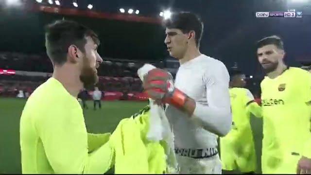 شاهد لحظة تبادل الأقمصة بين ياسين بونو وميسي بعد نهاية مباراة