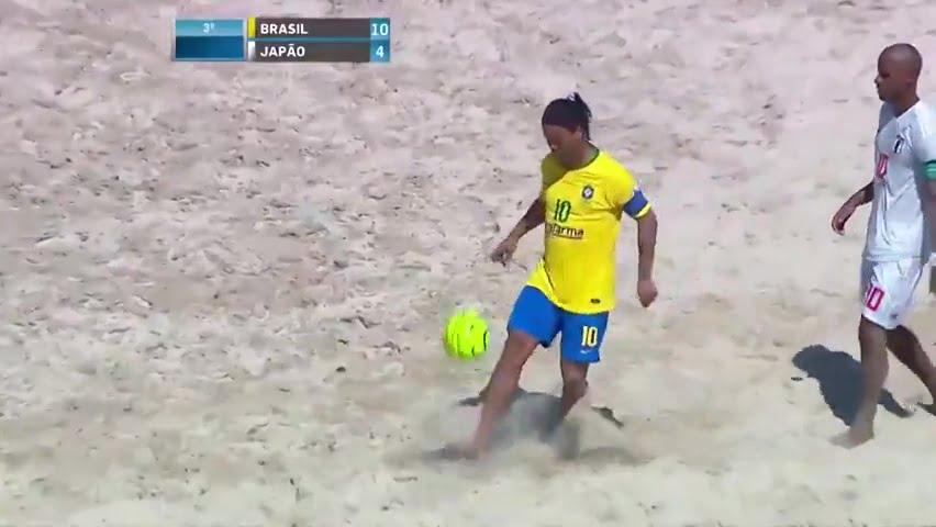 رونالدينيو يبدع على شواطئ ريو دي جانيرو بمهارات استثنائية واهداف عالمية