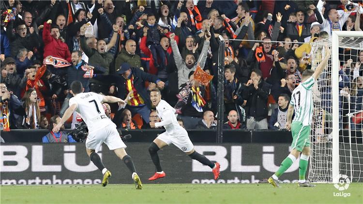 فالنسيا يصعد لمواجهة برشلونة في نهائي كأس ملك إسبانيا بفوز صعب أمام ريال بيتيس