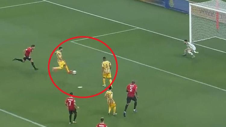 محاولة فاشلة لتقليد ميسي وسواريز في مباراة بالدوري القطري