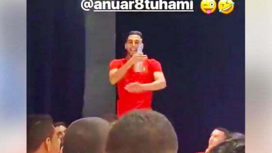 فيديو: شاهد انور التوهامي يغني ماكارينا امام لاعبي المنتخب المغربي