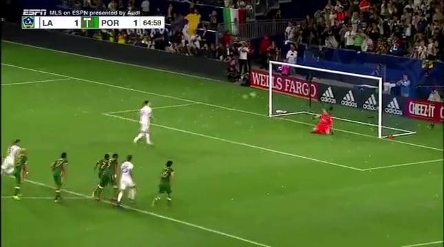 فيديو: إبراهيموفيتش يمنح فريقه الفوز من ركلة جزاء رائعة