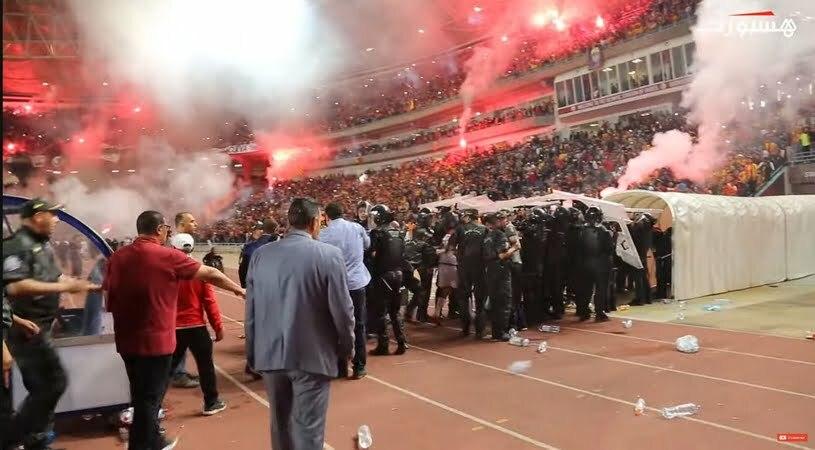 فيديو: إعتداء جمهور الترجي التونسي على لاعبي الوداد بعد إعلان الحكم نهاية المباراة