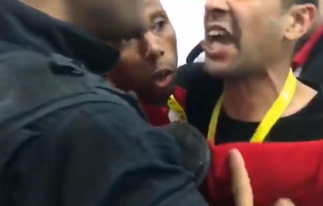 """فيديو: الإعتداء على لاعب الوداد """"إبراهيم النقاش"""" أمام أنظار الشرطة التونسية"""