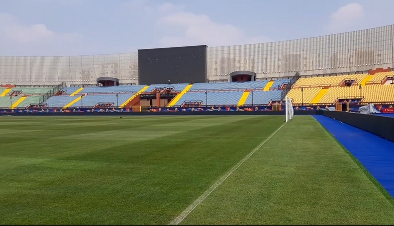 صحفي ايفواري ينتقذ أرضية ملعب السلام التي ستحتضن مباراة المغرب وناميبيا