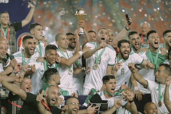 الملك يهنئ المنتخب الجزائري بمناسبة فوزه بكأس افريقيا